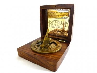 Kompasas su saulės laikrodžiu mediniame dėkle