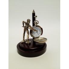 Statulėlė biliardininkas su kišeniniu laikrodžiu