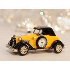Istorinis automobilis su laikrodžiu