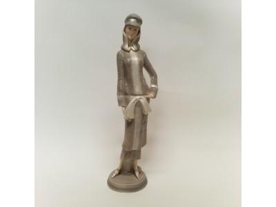 Statulėlė - dama su paltu