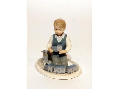 Statulėlė - berniukas su traukinuku