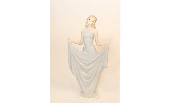 Statulėlė - mergina melsva suknele