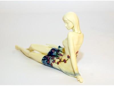 Statulėlė - sėdinti mergina