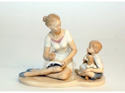 Statulėlė - mama skaito vaikui